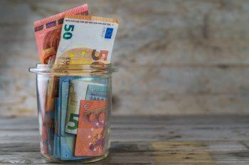 Der Artikel erklärt, wie man 10.000 Euro am besten anlegen sollte.