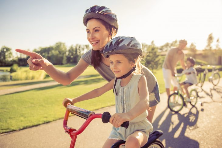 Mamma e bambina bici rischio