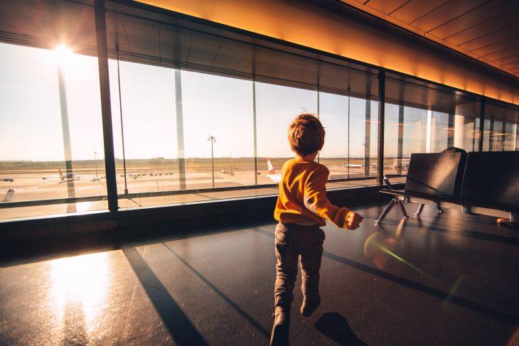 Bambino aspetta all'aeroporto